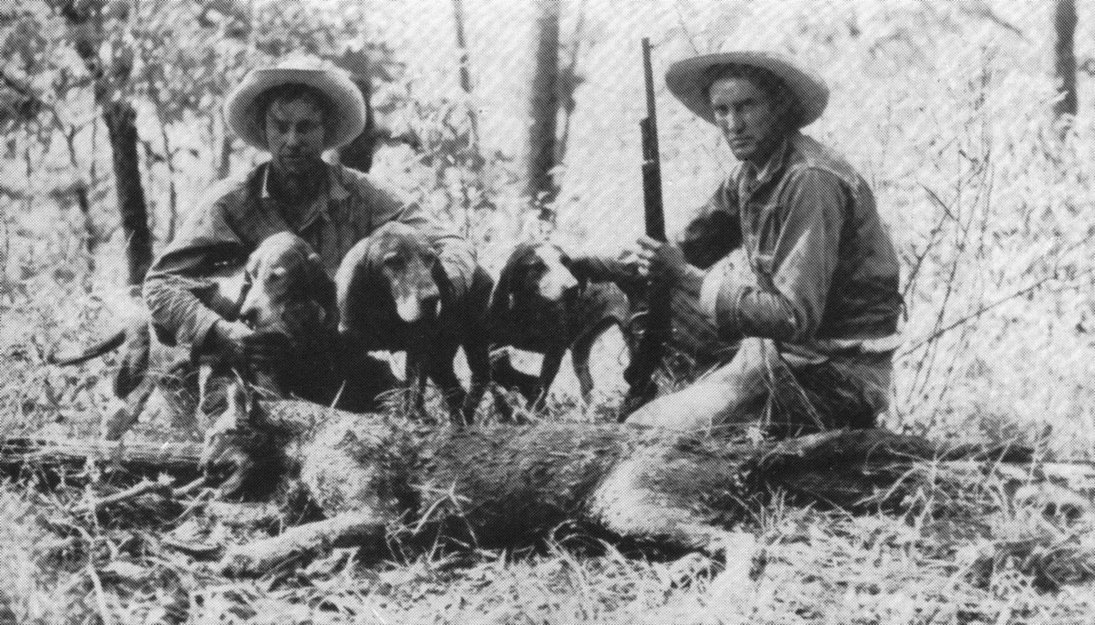 I fratelli Lee hanno mantenuto vivo, più di chiunque altro, il mito dell'onza in epoca moderna. In questa foto posano assieme all'esemplare ucciso nel 1938