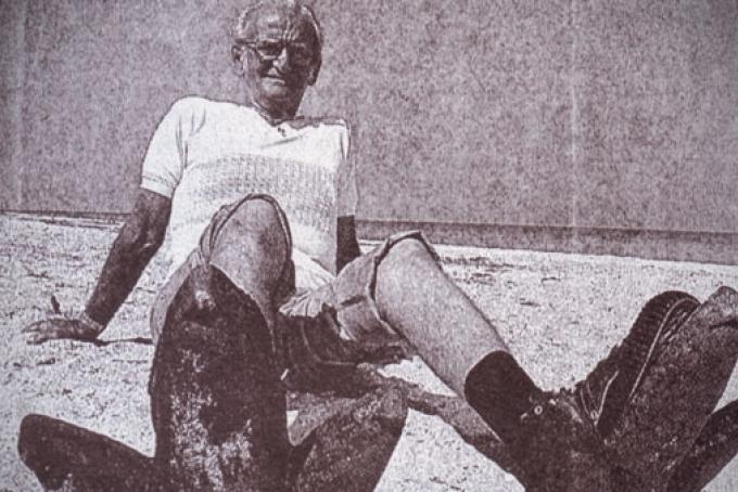 Tony Signorini con indosso le impronte con le quali per dieci anni inscenò lo scherzo del mostro di Clearwater